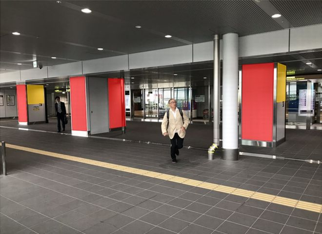 大阪国際空港 中央2階接続デッキ柱巻き広告
